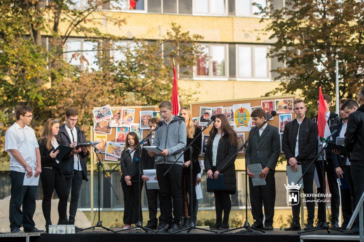 c4b3cf102b Két 56-os emlékhelyen tisztelgett pénteken a város diáksága a hősök előtt