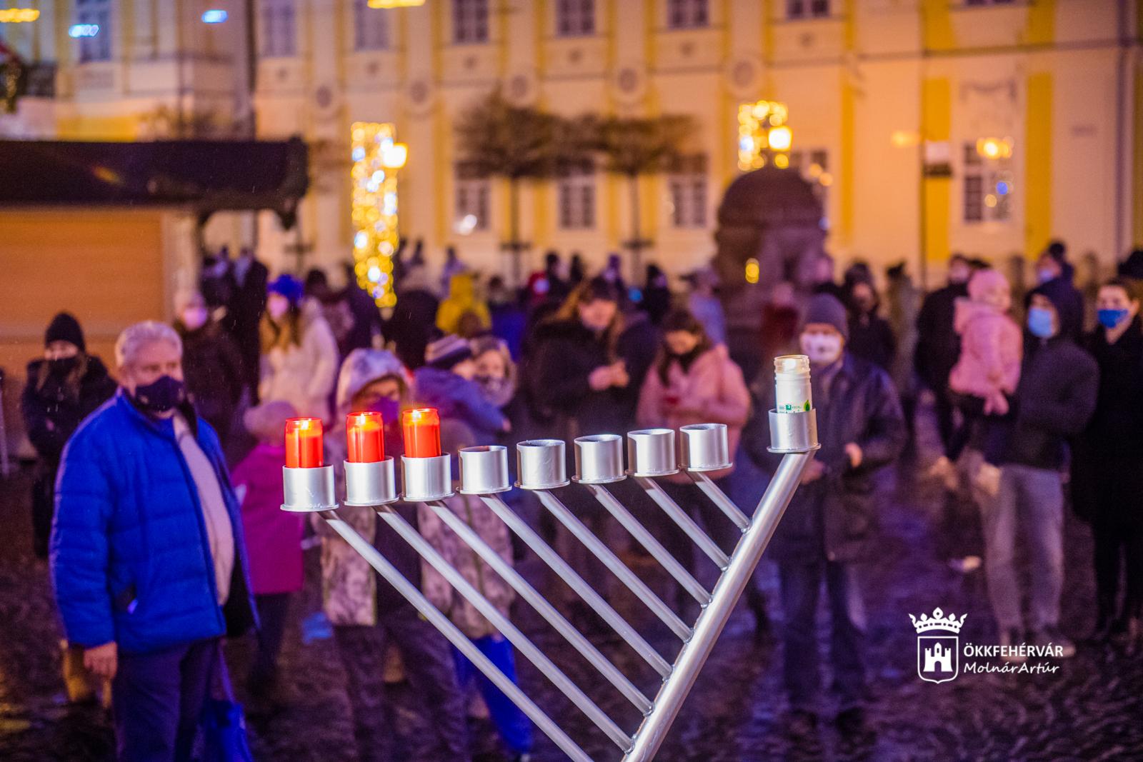 A Városháza kapuja előtt gyújtották meg hanuka harmadik gyertyáját
